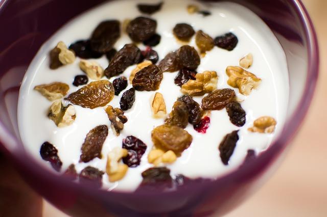 jogurt s ořechy