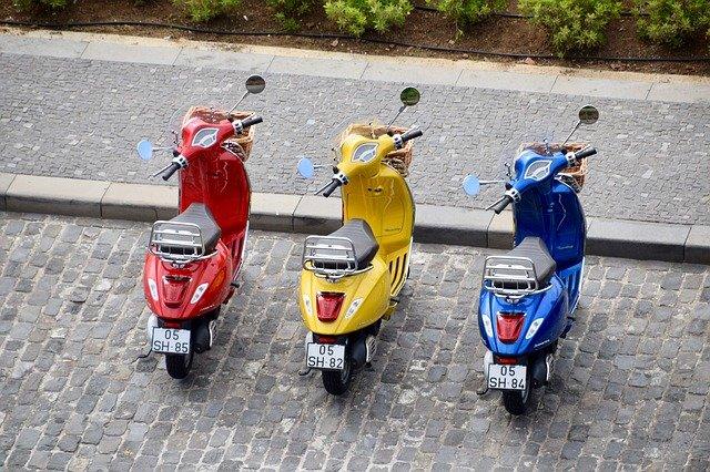 tři mopedy