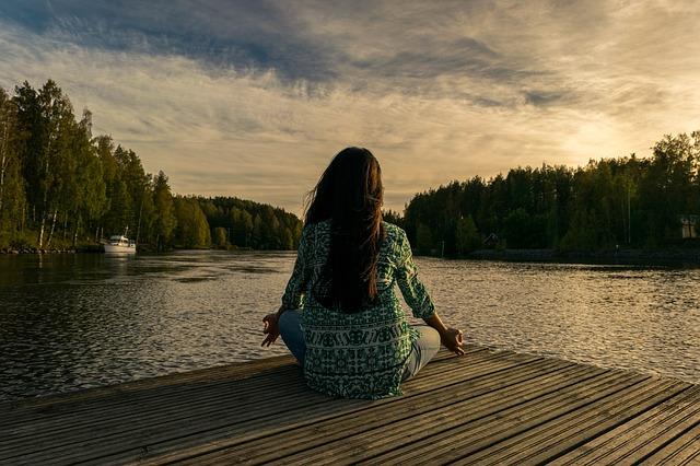jóga u řeky