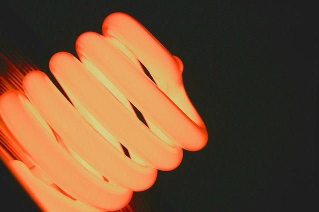 rozsvícená oranžová kompaktní zářivka.jpg