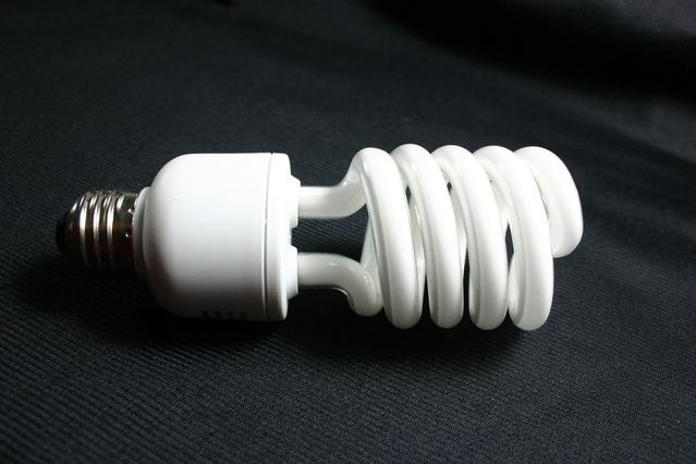 bílá kompaktní zářivka.jpg